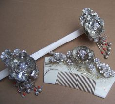 """The """"comb"""" like piece is called kushi and the other one is a kogai. Japanese Hairstyle, Hair Sticks, Hair Ornaments, Hanfu, Sculptures, Bracelets, Kimono, Jewelry, Hair Decorations"""