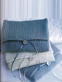 Knitted gift wraps - an ingenious way to use left over yarn. Line the packages and it could be used for other purposes. Knitting Projects, Knitting Patterns, Knitting Accessories, Knitting For Beginners, Garter Stitch, Knit Or Crochet, Knitted Bags, Baby Knitting, Purses And Bags