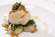 Bacalhau confitado com batatas ao sal, grelos salteados e miolo de broa com farinheira | Receitas | Chefs' Academy | RTP