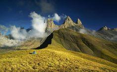 Mắc lều nghỉ trên cao nguyên núi Aiguilles d'Arves, Pháp.