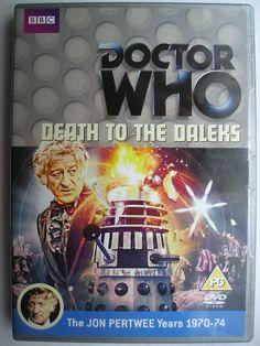 """""""Death to the Daleks"""" è un'avventura dell'undicesima stagione della serie classica di """"Doctor Who"""" trasmessa nel 1974 con il Terzo Dottore e Sarah Jane Smith. Segue """"Invasion of the Dinosaurs"""" ed è composta da quattro parti, scritta da Terry Nation e diretta da Michael E. Briant. Immagine dall'edizione britannica del DVD. Clicca per leggere una recensione di quest'avventura!"""