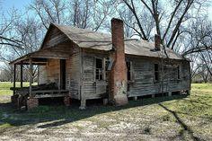 Abandoned clapboard shotgun house in Georgia Abandoned Farm Houses, Old Abandoned Buildings, Old Farm Houses, Abandoned Mansions, Old Buildings, Abandoned Places, Abandoned Castles, Tiny Houses, Shotgun House