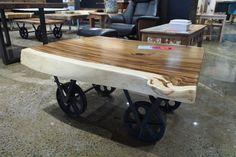 Table à café sur pattes industrielles inspirées des vieilles palettes