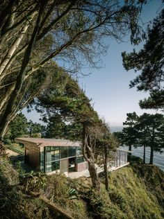 Houzz Tour: Hugging the Rocky Cliffs in Big Sur Cascading down a rugged site and generously encased in glass, this California home takes full advantage of its ocean views...
