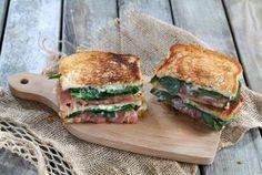 Posez à plat vos tranches de pain de mie.Sur une tranche, disposez de fines tranches de Fourme d'Ambert.