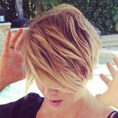 kaley cuoco pixie | Kaley Cuoco Debuted a New Even Shorter Pixie Haircut Last Night ...