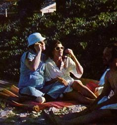 Elvis with Ginger on the beach in march 1977 in Hawaii.