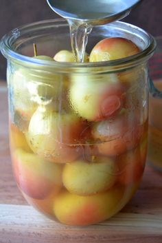Old Fashioned Spiced Crab Apples is a vintage pickled apple recipe that makes the perfect side to any fall meal and is a must at Thanksgiving! Apple Recipes For Canning, Crab Apple Recipes, Jam Recipes, Chutney Recipes, Recipies, Pickled Apples Recipe, Preserving Apples, Apple Chutney, Claudia S