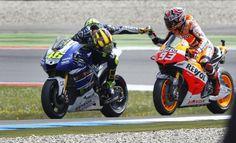 Valentino Rossi ha appena vinto il Gp di Olanda, Marquez (che non ha mai fatto mistero di essere un ammiratore del Doctor) lo raggiunge e gli fa i complimenti. E Rossi gli fa l'inchino