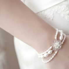 Bracelet... or anklet? Either way, love the flower clasp. joyas #complementos boda