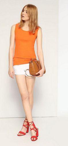 Оранжевый кардиган, белые шорты, коричневая сумка, красные туфли