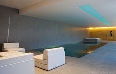 Luxe binnen zwembad, overloopzwembad met gekleurde lichtstraat ‹ De Mooiste Zwembaden