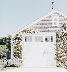 Garage Cabinet Door Ideas and Pics of Garage Doors On White House. Exterior Design, Interior And Exterior, Cheap Garage Doors, Garage Signs, Diy Garage, Future House, My House, House Goals, Beach Cottages