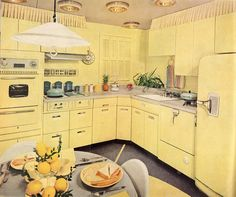 A warm and sunny creamy yellow vintage kitchen. #home #decor #vintage