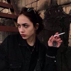Grunge Girl, Grunge Style, Soft Grunge, Bad Girl Aesthetic, Aesthetic Grunge, Pretty People, Beautiful People, Gurren Laggan, Cigarette Aesthetic