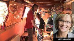 Se indslaget om de britiske husbåde i 19-Nyhederne på TV 2 eller TV 2 PLAY Når solen skinner, ser det ganske idyllisk ud. Familien har stillet havestole og et bord op ud mod stien, og her nyder de, at 22 graders varme er kommet en måned før tid. London viser sig fra sin smukkeste side, og det samme gør livet på en husbåd. Steven og Aliston