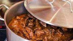Svratecký guláš, pokrm kdysi oblíbený v restauracích a hotelích, připomíná dobu, kdy se za sto korun najedla celá rodina. Curry, Beef, Ethnic Recipes, Food, Meat, Curries, Essen, Meals, Yemek