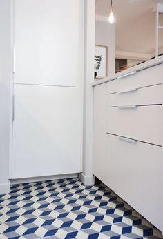 Des carreaux de ciment dans la cuisine blanche