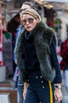"""Bei Olivia Palermos Outfit stehen natürlich erst einmal die Fellweste und die Hose mit gelbem Streifen ins Auge. Entscheidend ist aber, was sie drunter trägt – nämlich einen gerippten Kaschmirpullover von Iris von Arnim. So viel Outfit-Vernunft hätten wir """"O.P."""", wie Ehemann Johannes Huebl sie nennt, in den winterlichen Modewochen gar nicht zugetraut."""