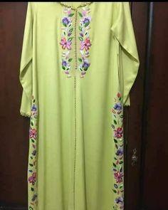 Publication Instagram par caftan marocaine • 23 Avril 2018 à 10:35 UTC Morrocan Kaftan, Moroccan Dress, Embroidery On Clothes, Embroidery Dress, Caftan Gallery, Long Kurtas, Mode Abaya, Indian Designer Suits, Embroidery Suits Design