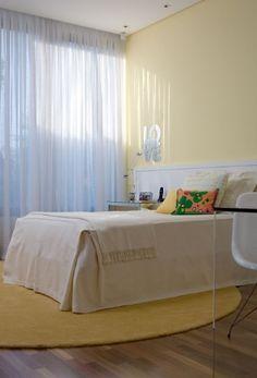 Neste quarto da arquiteta Clarissa Strauss, o tradicional rosa usado para caracterizar ambientes femininos foi substituído pelo amarelo, estrategicamente usado na parede, no enxoval e no tapete do quarto. Os móveis fixos, como a área de estudos, foram criados pelo Atelier Clarissa Strauss, assim como o tapete redondo