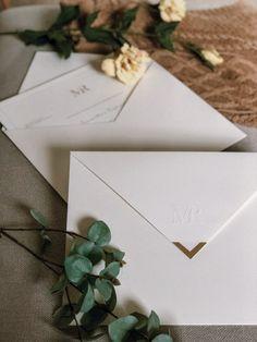 Ponteira dourada para fechar o envelope.. clássico e muito chique ♥ Solicite o seu orçamento: contato@scards.com.br Classic Wedding Invitations, Printable Wedding Invitations, Wedding Stationery, Party Invitations, Invites, Wedding Card Design, Wedding Cards, Wedding Details, Wedding Events