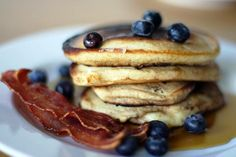Pancake con mirtilli, sciroppo d'acero e bacon - Stati Uniti