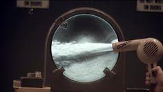 Ένα πείραμα που ονομάζεται Schlieren και πραγματοποιήθηκε στο Πανεπιστήμιο του Χάρβαρντ, επιτρέπει την απεικόνιση της κίνησης του αέρα και άλλων αερίων. Η μέθοδος Schlieren είναι μια τεχνική οπτικής απεικόνισης, με την οποία μπορούμε να δούμε μικρές αλλαγές στο δείκτη διάθλασης […]