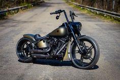 Ihrem Kunden erging es wie so vielen vor ihm, der Traum vom geliebten Motorrad. Die große Freiheit leben, endschleunigen und dem Alltag ein Stück merklich entfliehen. Lange sehnte er sich nach diesem Traum. #harleydavidsongirlspictures #harleydavidsongirlstattoos #harleydavidsoncustommotorcyclesroadking #HarleyDavidsonBobbers #HarleyDavidsonRoadKing #harleydavidsonroadkingpolice Harley Softail, Softail Bobber, Harley Davidson Softail Slim, Harley Davidson Motorcycles, Custom Motorcycles, Custom Bikes, Black Harley Davidson, Custom Bobber, Custom Harleys
