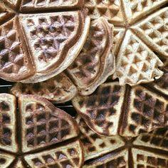 Morgenmadsvafler - opskrift på sprøde vafler med havregryn Basic Cake, Dessert Recipes, Desserts, Fritters, Food Inspiration, Waffles, Food And Drink, Healthy Recipes, Treats
