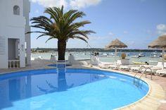 Apartamentos Sabina Playa – Formentera, La Savina  Das Apartamentos Sabina Playa liegt direkt am Hafen von La Savina, wo man mit der Fähre aus von Ibiza ankommt und Sie wohnen in einer traumhaften und und idyllischen Umgebung, direkt neben dem schönen Sandstrand Estany des Peix.