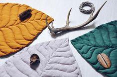 Наткнулась в сети на интересный и весьма новый тренд — большие текстильные листья, которые служат пледами, одеялами или ковриками. Сшить что-то подобное точно получится у любого, даже того, кто сел за швейную машинку впервые. В тех изделиях, что я встречала, используются натуральные материалы — хлопок и лен, и сдержанные природные цвета, но кто мешает вам поступить по-своему и создать подобное в ярких радужных красках!