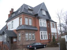 Eindeckung einer Villa mit schwarzen Ziegeln durch die Engelhardt Dach & Wand GmbH in Heilbad Heiligenstadt (37308) | Dachdecker.com
