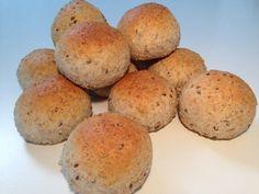 Lynhurtige nemme boller der ikke skal hæve. De er bagt med fuldkornshvedemel og kerner. Der går 30 min. fra du går igang til du har lækre nybage grovboller