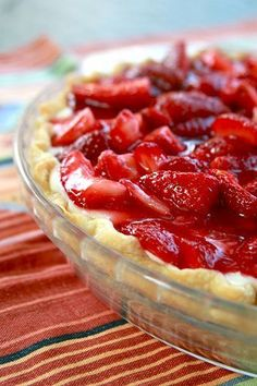 Classic Strawberry Cream Pie 1 pie crust, 1 recipe cream filling (below) 3 cups fresh strawberries ½ cup water ¼ cup sugar 2 teaspoons cornstarch Pre-bake, Let cool. Fill with chilled Cream Filling. Quarter two and a half cups of Brownie Desserts, Just Desserts, Delicious Desserts, Yummy Food, Strawberry Cream Pies, Strawberry Desserts, Strawberries And Cream, Strawberry Delight, Pie Dessert