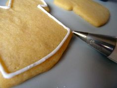 A step-by-step tutorial on how to decorate sugar cookies with royal icing. A step-by-step tutorial on how to decorate sugar cookies with royal icing. Sugar Cookie Frosting, Royal Icing Cookies, Sugar Cookies Recipe, Cookie Recipes, Sugar Cake, Iced Cookies, Cake Cookies, Köstliche Desserts, Delicious Desserts