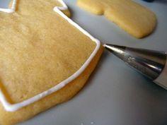 Se você gosta das receitas de biscoitos, com certeza deve de amar os biscoitos decorados. Veja esta receita de glacê real e prepare-o em casa e comece logo a decorar seus biscoitos. Esta receita é muito simples de se fazer e você poderá colocar todas as cores que desejar neste glac&ec
