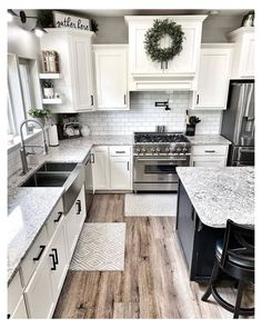 White Farmhouse Kitchens, Farmhouse Kitchen Decor, Kitchen Redo, Home Decor Kitchen, New Kitchen, Home Kitchens, Kitchen Remodel, Farmhouse Homes, Farm Style Kitchen Backsplash