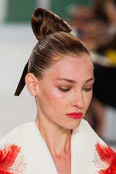 View all the photos of the beauty & make-up at the Carolina Herrera spring / summer 2015 showing at New York fashion week. Ponytail Bun, Sleek Ponytail, Shiny Hair, Sleek Hair, Wet Look Hair, Up Styles, Hair Styles, Slick Hairstyles, Slicked Back Hair
