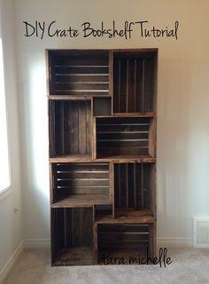 Réalisez une bibliothèque tendance avec des caisses en bois DIY