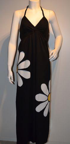 Sort kjole med 2 marguritter.