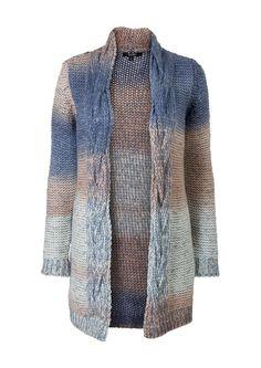 Blauw gebreid harig vest met opstaande hals en lange mouwen. Het lange vest is gemaakt van zacht, donzig materiaal en heeft een mooi kleurenpatroon. Het vest heeft een losse fit en valt tot net boven de knie. Dit vest heeft een sierlijk kabeldetail langs de hals.
