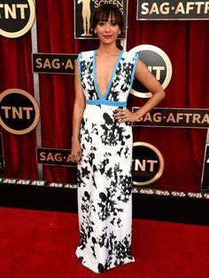 Evening dress with casual look: RASHIDA JONES @ SAG awards wearing Emanuel Ungaro