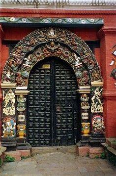 Porte d'un temple à Katmandou Nepal