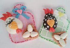 lindos apliques de tabua com galinha em biscuit. podendo ser usado como ima de geladeira e personalizado com a cor que quiser.