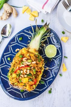 Pineapple Fried Quinoa in a Pineapple Boat // Vegan + Gluten-Free Edamame, Fried Quinoa, Fried Rice, Clean Eating Recipes, Healthy Eating, Pineapple Boats, Quinoa Salat, Vegetarian Recipes, Healthy Recipes