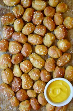 Soft, buttery and finger-friendly homemade soft pretzel bites feature the perfect doughy center and crispy crust. Appetizer Recipes, Snack Recipes, Cooking Recipes, Appetizers, Egg Recipes, Bread Recipes, Dessert Recipes, Pretzel Bites Recipe Easy, Pretzel Nugget Recipe