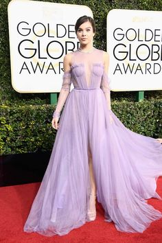 Hailee Steinfeld wearing tulled Vera Wang dress at Golden Globes 2017