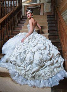 The wedding dress so unique n biiiig