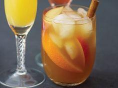 Punci de iarnă Ingrediente 500ml de Pimm's (sau alt lichior preferat) 500ml de coniac 1,5 litri de suc de mere 2 bețișoare de scorțișoară 1 măr 1 portocală gheaţă, pentru servire